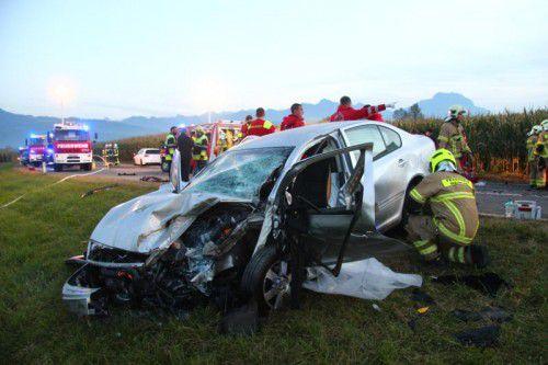 Aus diesem zertrümmerten Fahrzeug wurden Mutter und Tochter schwer verletzt geborgen. Foto: vlach
