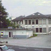 Vorarlberg Einst und Jetzt. In der Lustenauer Reichsstraße macht eine Stickerei-Ruine bald Wohnanlagen Platz