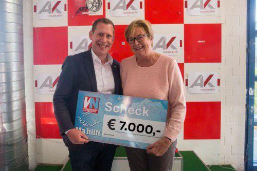 """7000 Euro für """"Ma hilft"""". Marlies Müller übernimmt den Scheck von AK-Vize Bernhard Heinzle. Foto: VN/Steurer"""
