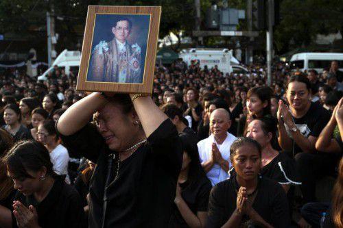 Abertausende Menschen nahmen an den Trauerkundgebungen in Thailands Hauptstadt Bangkok teil. Foto: Reuters