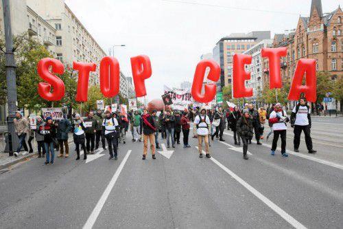 Aktivisten demonstrieren in Warschau gegen CETA. Der Handelsdeal mit Kanada ist umstritten. Foto: Reuters