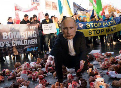 Aktivisten protestieren vor dem Kanzleramt gegen den Besuch des Kremlchefs. Foto: AFP