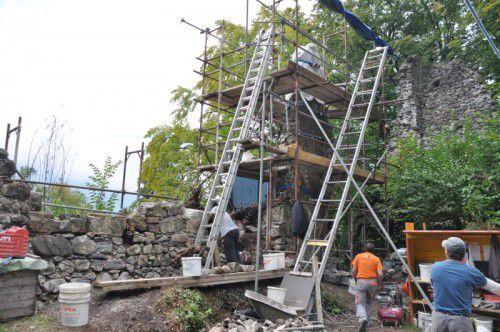 An der Ruine Blumenegg wird derzeit eifrig gearbeitet, um das historische Gemäuer zu erhalten. Foto: hab