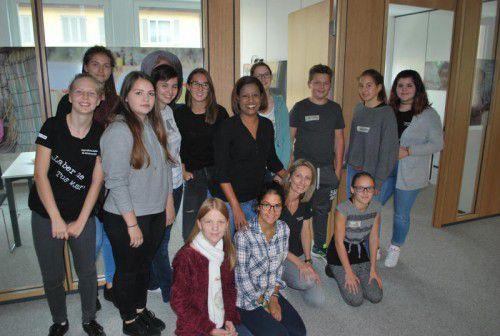 """Ananas Girmai und Nicole Kantner mit den Vorarlberger """"Jubos"""" (Jugendbotschaftern), die 2017 nach Äthiopien reisen, beim Workshop. Fotos: caritas"""