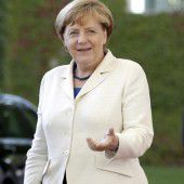 Merkel warnt in Afrika vor Flucht nach Europa
