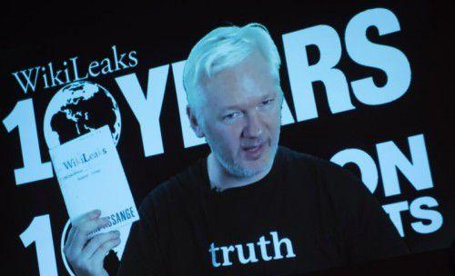 Assange meldete sich am zehnten Geburtstag von Wikileaks per Live-Video in Berlin zu Wort. Foto: AFP