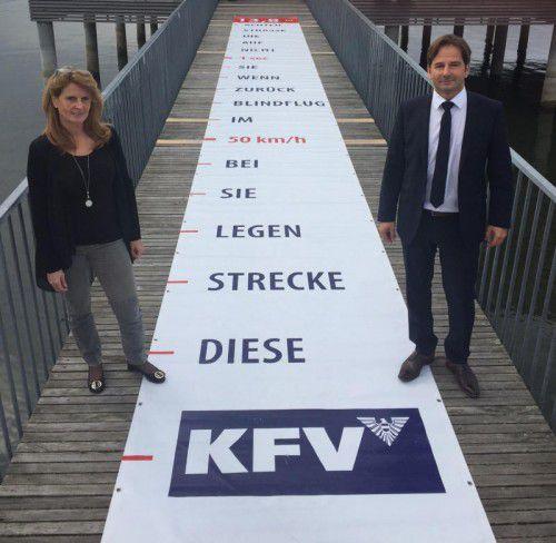 """Auf dem """"Blindflug-Teppich"""": Brigitte Hutter (Abteilung Verkehrsrecht) und Martin Pfanner (Kuratorium für Verkehrssicherheit).  Foto: VN/sohm"""