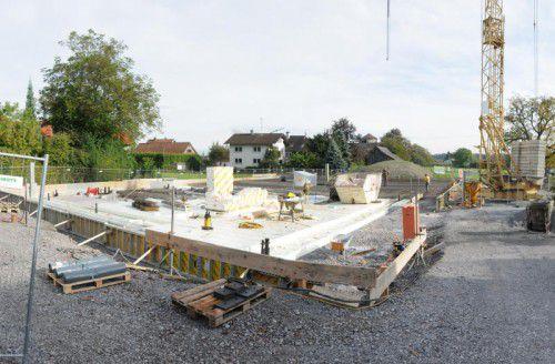 Auf der Baustelle an der Rheinstraße in Gaißau wird bereits fleißig gearbeitet. Foto: ajk