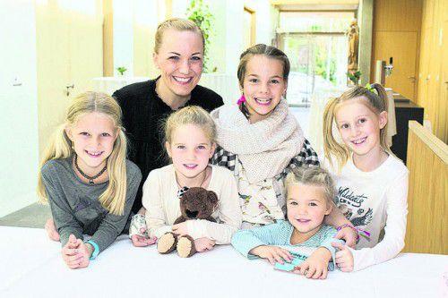 Autorin und Fans: Julie Schwarzmann (l.), Ingrid Hofer, Valentina Gemmi, Emma Huber, Federica Gemmi und Fabrizia Schwarzmann.  Fotos: Franc