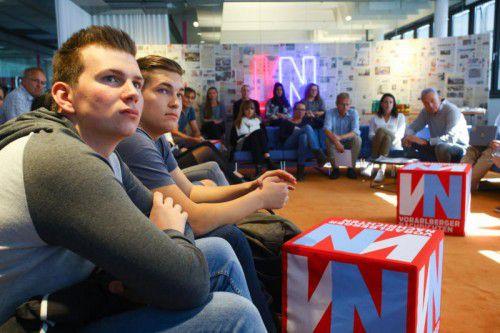 Die Schüler der HAK Feldkirch bei der Redaktionskonferenz mit den VN-Redakteuren.  Foto: VN/Hofmeister