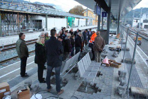 Bei einer Baustellenbegehung konnten sich Interessierte ein erstes Bild vom neuen Inselbahnsteig in Rankweil machen. Foto: doh