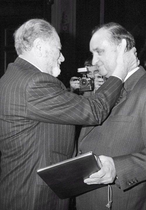 Bruno Kreisky (l.) mit seinem Nachfolger Fred Sinowatz. EPA