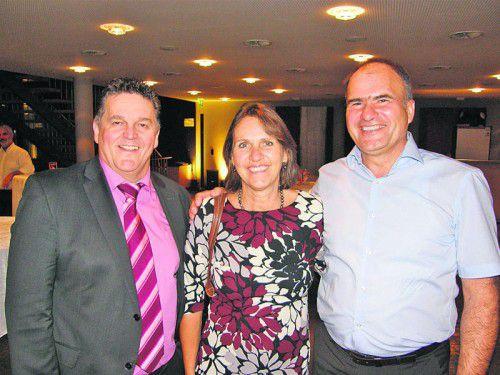 Bürgermeister Christian Natter (l.) begrüßte Peter und Elisabeth Novak bei der Wirtschaftsgala. Fotos: baha
