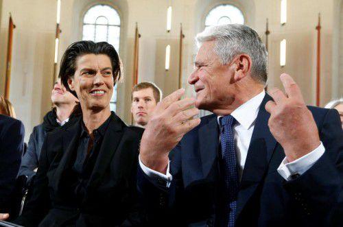 Carolin Emcke mit Bundespräsident Joachim Gauck bei der Friedenspreisverleihung in der Paulskirche. Foto: Reuters