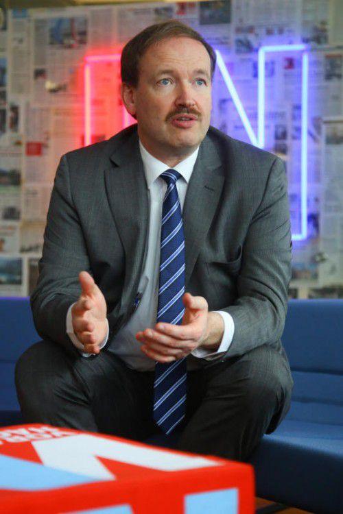 Christian Helmenstein in der VN-Redaktion. Am Abend referierte er bei der Industriellenvereinigung Vorarlberg. Foto: VN/Hofmeister