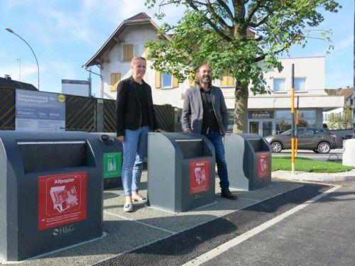 Christine Bösch-Vetter und Günter Bösch machten sich gleich ein Bild von der neuen Unterflur-Sammelstelle. Foto: gemeinde