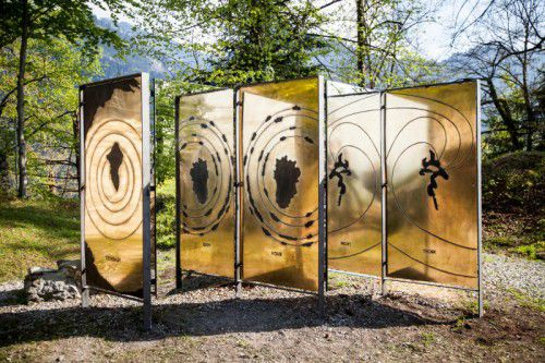 Das aktuelle Gebot für die dreiteilige Skulptur liegt bei 2500 Euro.