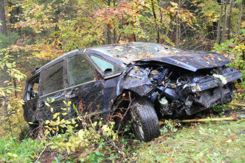 Das Autowrack lag 80 Meter tief im steilen Gelände im Wald, es musste mit einer Seilwinde geborgen werden. Fotos: Vol.at/Rauch