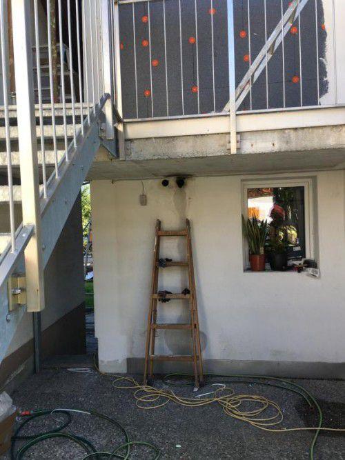 Das Gas strömte aus den Öffnungen oberhalb der Leiter ins Objekt. Foto: Feuerwehr Bürs