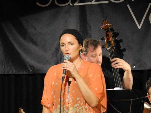 Das Jazzorchester Vorarlberg hat sich bestens auf das enorme Stimmvolumen von Aja eingelassen. Foto: VN/CD