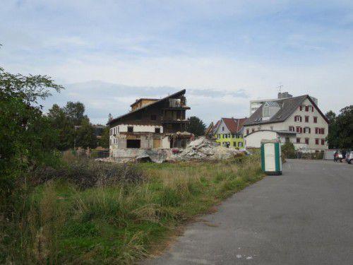 """Das Traditionsgasthaus """"Rose"""" im Dornbirner Hatlerdorf ist Geschichte. Der Abriss läuft bereits. Foto: ha"""