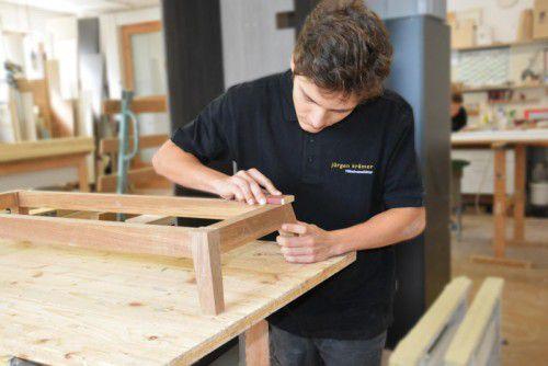 David Marjanovic erlernt das Handwerk eines Tischlers. Foto: LM