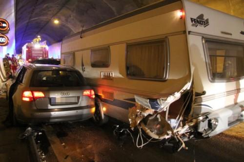 Der deutsche Pkw wurde zwischen Wohnwagen und Tunnelwand eingeklemmt. Fotos: vol.at/Rauch