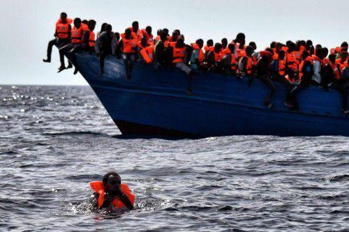Der Flüchtlingsstrom reißt nicht ab. Seit Montag wurden insgesamt mehr als 10.000 Flüchtlinge im Mittelmeer gerettet. Foto: AFP