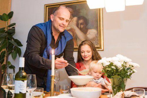 Kubelka schöpft für Lebensgefährtin Alexandra und Sohn Oskar etwas Suppe. Foto: VN/Stiplovsek