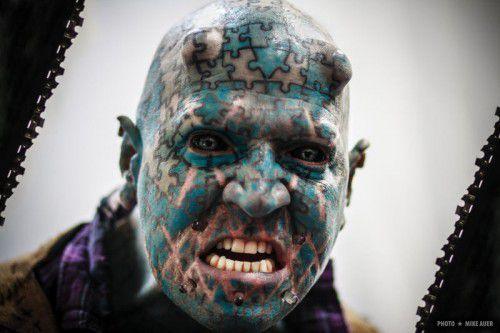 """Der """"Jahrmarkt der Freaks"""" gastiert in Dornbirn. Mit dabei ist auch Tattoo-Legende Enigma."""