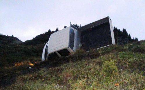 Der Kleintransporter blieb an einem Abhang liegen. Foto: Polizei