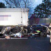 25-jährige Autofahrerin gegen Lkw-Zug gestoßen und getötet