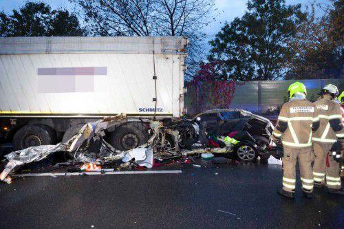 Der Pkw wurde durch die Wucht des Aufpralls in den vor ihm stehenden Lastwagen geschoben. Eine Insassin erlitt tödliche Verletzungen. Foto: MATHIS