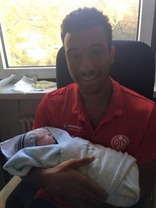 Der stolze Papa Onisiwo mit Sohn Leroy-Zayn. Foto: facebook