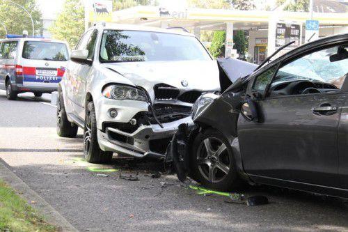 Der Unfallfahrer im Auto rechts kam ins Krankenhaus, die Insassen des BMW wurden leicht verletzt. Foto: VOL.AT/Madlener