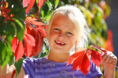 Die achtjährige Sophia aus Schnifis genießt die Farbenpracht des Herbstes. Foto: VN/Hofmeister