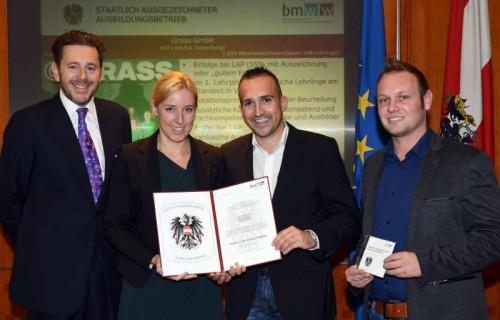 Die Ausbildungsverantwortlichen der Firma Grass nahmen die Auszeichnung von Staatssekretär Harald Mahrer entgegen. Foto: Hartl