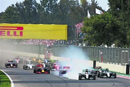 Die beiden Mercedes mit Lewis Hamilton und Nico Rosberg nehmen Anlauf in die erste Kurve – danach ging es rund: der Brite fuhr geradeaus weiter, der WM-Leader wurde von Max Verstappen gerempelt.  Foto: gepa