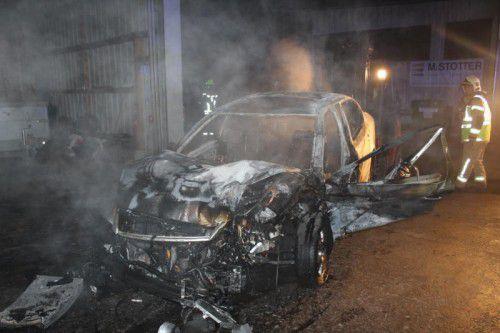 Die Feuerwehr konnte trotz raschem Einsatz ein Ausbrennen des Pkw nicht verhindern.  Foto: Feuerwehr Lustenau