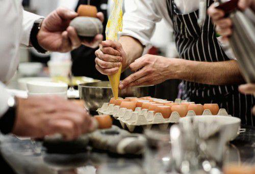 Die Gäste haben die Möglichkeit, den kreativen Köchen bei ihrer Arbeit über die Schulter zu schauen. Foto: WKV-Sparte Tourismus/Markus Gmeiner