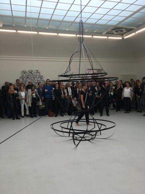 Die Künstlerin Kirsten Helfrich hielt die Laudation und realisierte eine Performance mit den Arbeiten von Karl-Heinz Ströhle. FotoS: VN/CD