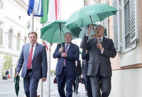 Die Landeshauptleute Platter (Tirol), Schützenhöfer (Steiermark) und Pröll (NÖ) vor der Konferenzin Graz. APA