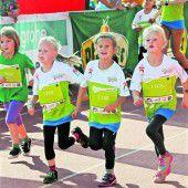 Kinder feiern großes Lauffest