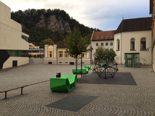 Die Möblierung soll den Pausenplatz des Pädagogischen Förderzentrums abtrennen.  Foto: VN/GMS