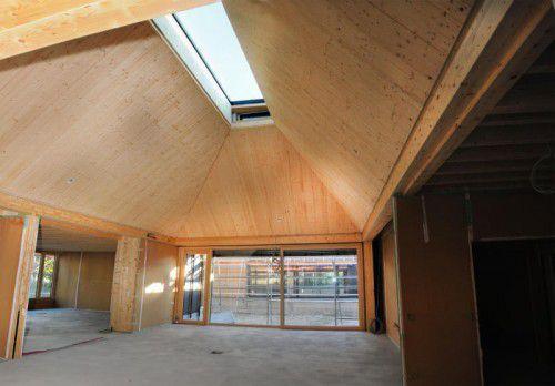 Die neue Schule entsteht als massive Holzkonstruktion. Foto: ajk