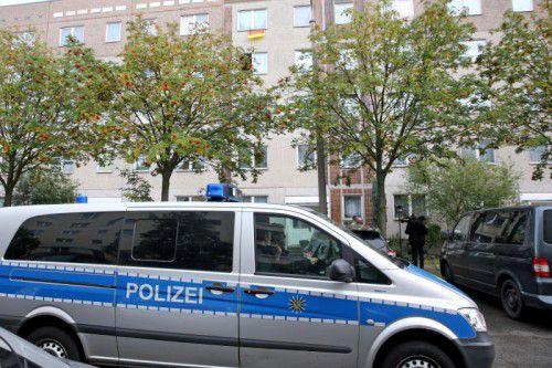 Die Polizei sicherte den Wohnblock in Leipzig ab, in dem der TerrorverdächtigeDschaber al-Bakr festgenommen wurde.  Foto: dpa