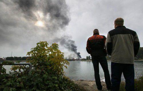 Die Rauchschwaden der Explosion im BASF-Werksgelände waren weit bis ans andere Rheinufer zu sehen. Foto: AP