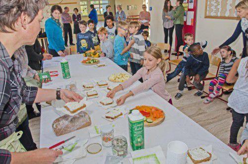 Die Schüler der Klasse 1a der Volksschule Lochau ließen sich die gesunde Jause schmecken. Foto: Ölhafen