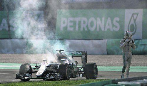 Die Siegträume gehen in Rauch auf: Lewis Hamilton. Foto: ap