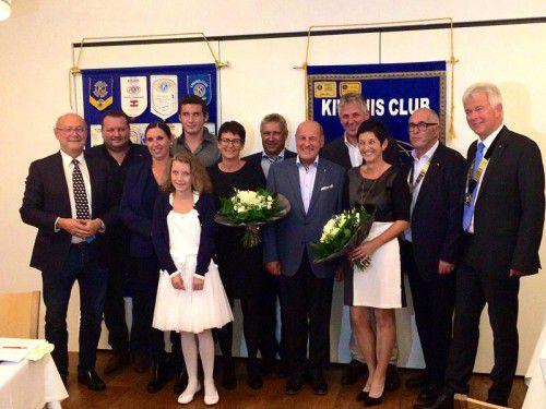 """Die tapfere Letizia Gmeiner und ihre Familie bedanken sich für den """"Kiwanispreis 2016"""". Foto: Kiwanisclub"""